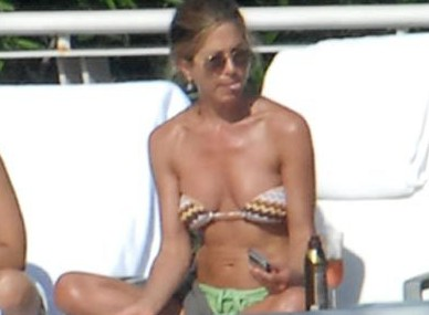 JENNIFER ANISTON IN MIAMI RELAXING BEACH 1